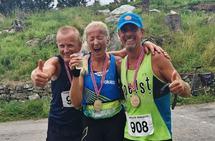 Så glad ble Malin Fløyen Bergset da hun klarte å fullføre 63,3 km i Møkster Ultra. Her sammen med Geir Dybdahl (t.v) og Terje Lyngstad. Foto: Privat