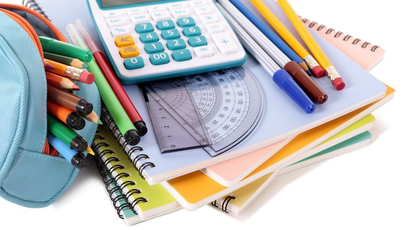 Bilde av et penal, blyanter, kalkulator, linjal og bøker.