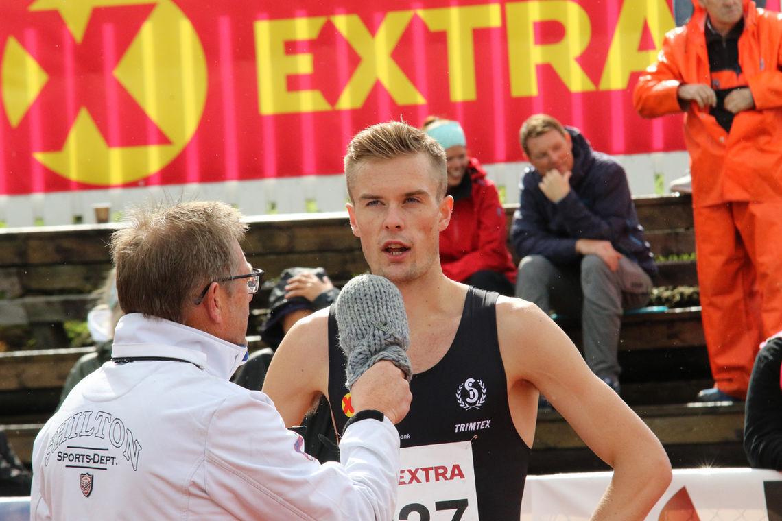 Filip Ingebrigtsen intervjues etter seieren i forsøket 800 meter