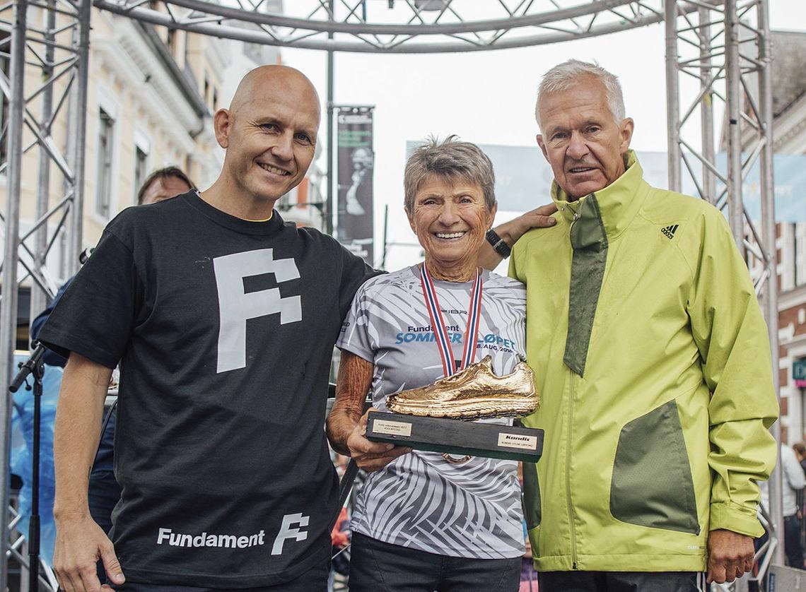 Vera Nystad fikk overrakt Kondis' gullsko av løpsleder for Sommerløpet, Finn Kollstad (til venstre) og Jack Waitz. (Foto: Torleiv Klungland)
