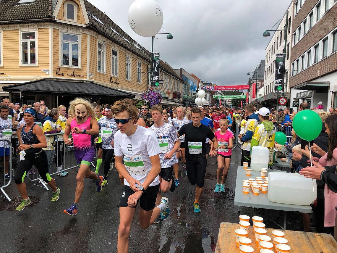I Sommerløpet i Kristiansand er det lov å kle seg ut og lage show. Her ser vi 5 km-løperne ut fra start. (Foto: arrangøren)