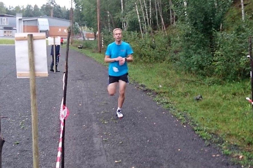 Jo Reistad i mål som førstemann på 4,8 km på 19:38. (Foto: Thomas Pedersen)