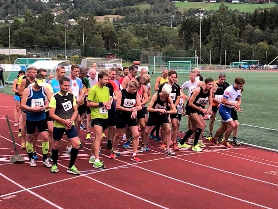 42 løpere klare for 25 runder på Sveum. (foto: Marit Aamdal)