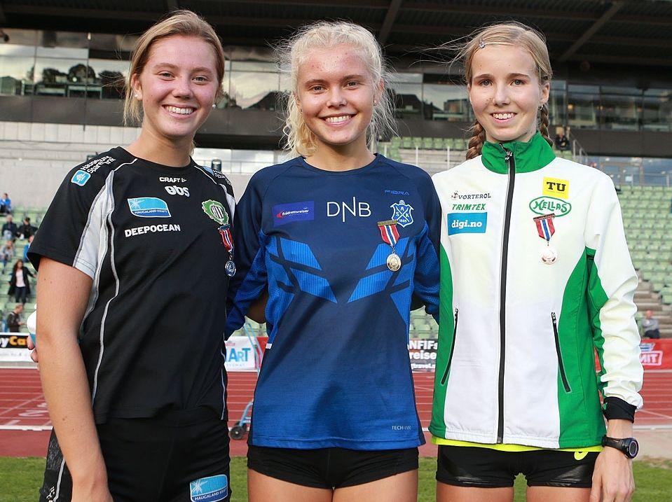 Pallen i U20 med Kristine Lande Dommersnes (sølv), Christine Næss (gull) og Emma Kirkeberg Mørk (bronse). Foto: Kjell Vigestad