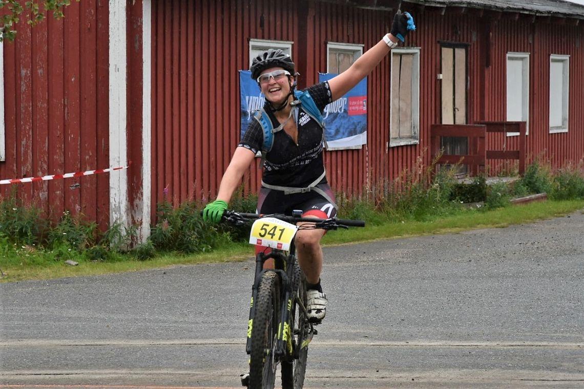 Ragnhild Rønning fra Hammerfest sykkelklubb var strålende fornøyd etter å ha fullført det 53 km lange Bingesrittet. (Foto fra rittets facebookside)