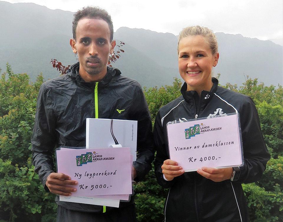Okubamichael Fissehatsion og Pernilla Epland kom rett fra NM i Byrkjelo i 2018 som 10000 m-vinnere og satte sterke løyperekorder i Langs Åkrafjorden. (Foto: Olav Samland)