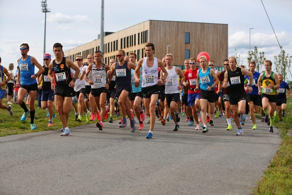 Starten på 10 km i Norgesløpet 2018. I år blir det et enda skarpere startfelt. (Foto: Bjørn Hytjanstorp)