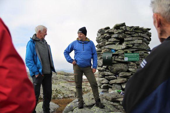 Atle Bondevik og Per Ole Ekker i samtale på Sørdalsnuten.