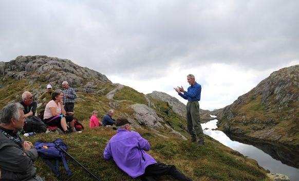 Lunsj medan Leiv Eidsnes (t.h.) entusiastisk fortel historier om seterdrift i dalføra.