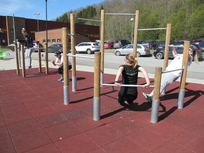 Fire damer viser ulike måter å trene på med apparatene som er i parken.