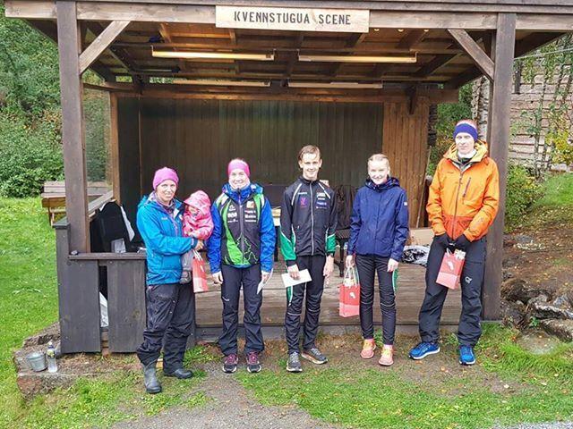 Fra venstre: Sofie Johansson (nr 2 av damene på 10 km), Emilie Westlie Andersen (beste dame på 10 km), Markus Løken (beste herre på 10 km), Karen Bakstad Dammen (beste dame på 5 km) og Marius Øie (beste herre på 5 km). (Footo: Irene Brubakken)