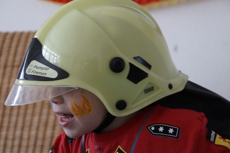 Bilde av barn i brannhjelm