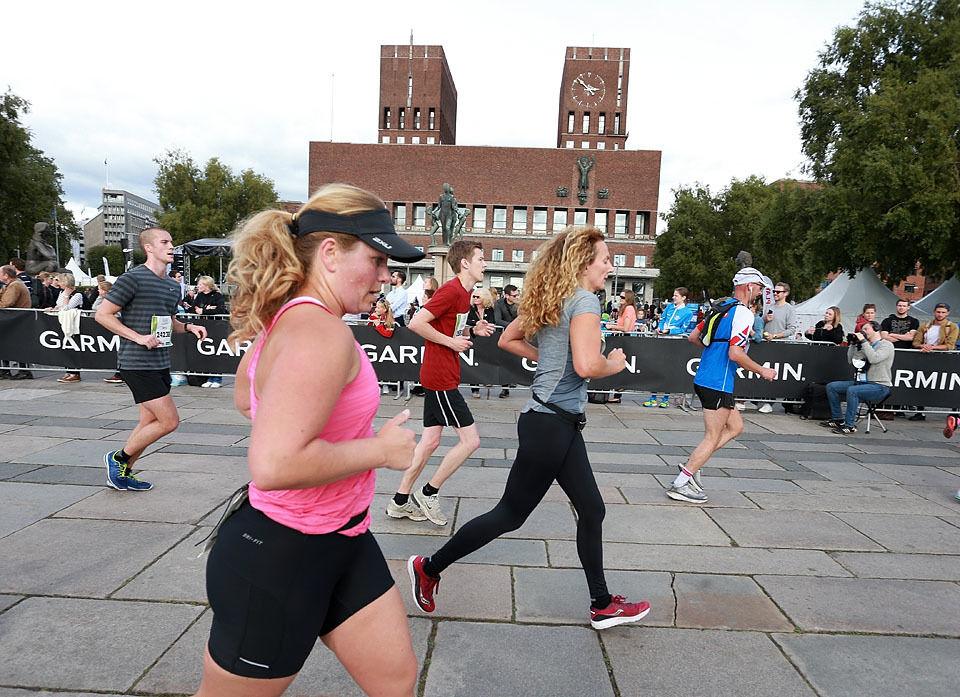 Start- og mål: Rådhusplassen er hjertet til Oslo Maraton. Her er det halvmaratonløpere som passerer etter ca. 14 km. (Foto: Kjell Vigestad)