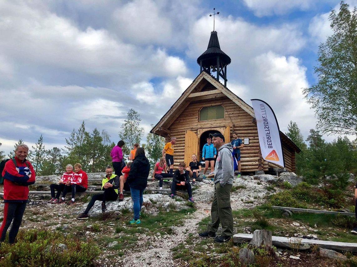 Kos på toppen av Skåråsberget etter oppturen til Jordbærkirka onsdag kveld. (Foto: Marit Aamdal)