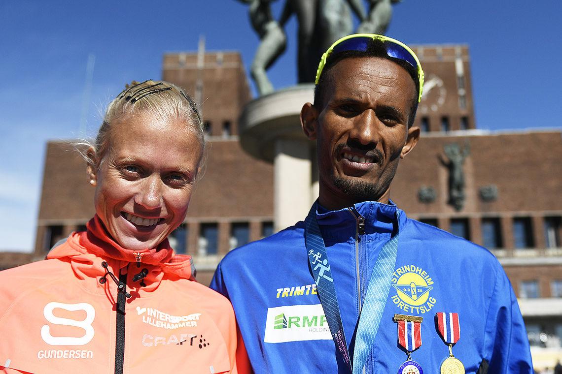 Marthe Katrine Myhre og Abrahim Abdulaziz - to glade vinnere av både NM og Oslo Maraton. (Foto: Bjørn Johannessen)