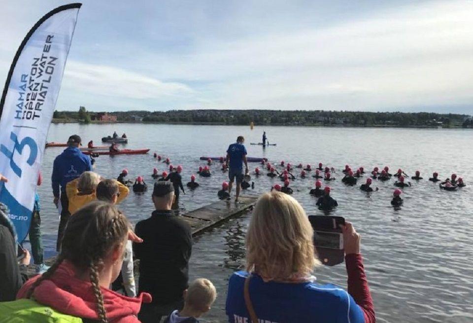 79 utøvere klare til start i Mjøsa søndag formiddag. (Foto: Kristine Risanger Røsland)
