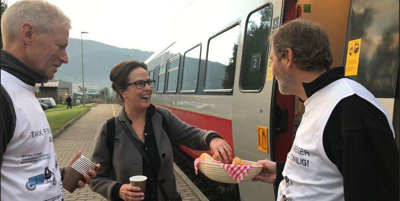 Kaffe og boller til kollektivreisende.