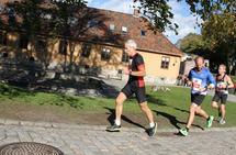 Sjef for forsvarsstaben og stedfortredende forsvarssjef Erik Gustavsen løp fort på Akershus festning, og hadde bare betydelig yngre løpere foran seg i mål. På bildet har han følge av Lars Vangraas og Magnus Følling. (Foto: Olav Engen)