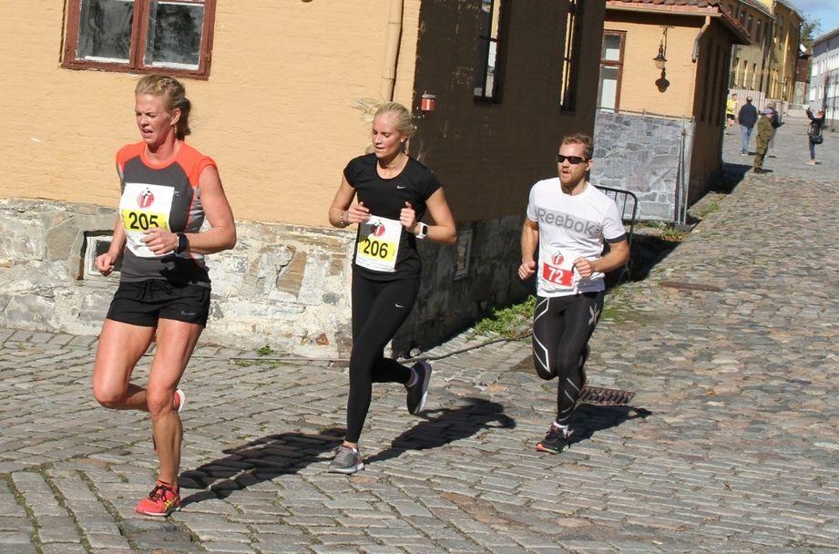 IMG_2785_Hege_Birkelund_foran_Malin_Brynhildsvoll (1024x676)
