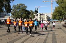 Det ble gradvis mer og mer folk i løypa i finvært lørdag. De orangekledde damene er fra Team Sandvik. (Foto: Olav Engen)