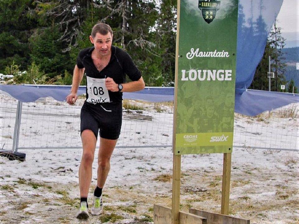 Per-Christian Lysaker Torgersrud passerer Mountain Lounge 5,2 km opp i løypa. (Foto: Hafjell Opp sin facebookside)