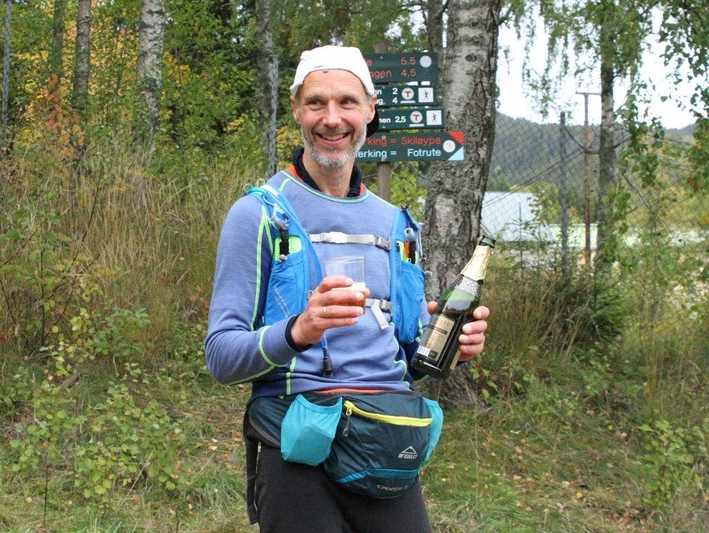 Gunnar Næss var veldig fornøyd etter å ha vunnet NUC200, her med alkoholfri champis etter målgang. (Foto: Olav Engen)