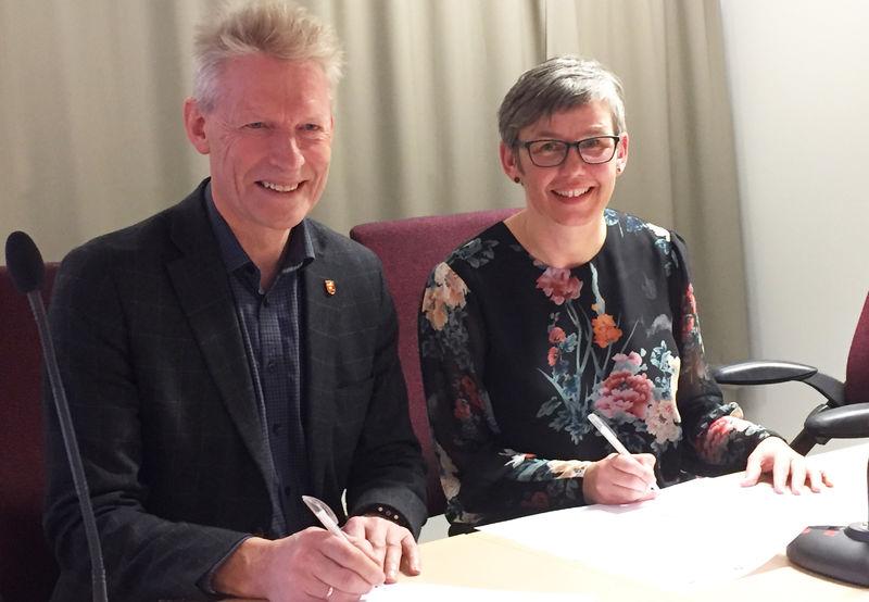 Foto av signering av samarbeidsavtale.