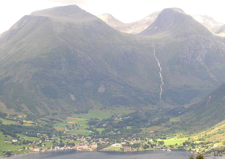 Rosendal sett fra fjellet Veten (Foto hentet frå Wikipedia)