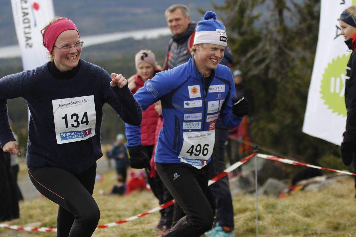 Mårten S(mil) Skinstad motiverer Peggy Jenset Lous fra Midsund på de siste meterne i Monsterbakken.