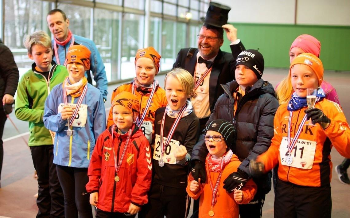 Petter Solheim er alltid kledd til nyttårsfeiring, med flosshatt selvsagt. Her sammen med deltagere i barneløpet. (Foto: Arrangøren 2017)