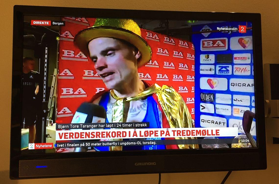 Bjørn Tore Kronen Taranger intervjues av TV2 etter at rekordløpet er over. Skjermdump fra TV2 nyhetskanalen.