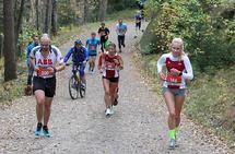 Opp siste brattbakken: Pernille Antonsen (166) har fått noen meter på Jessica Gunnarsson (99) og holder unna inn til mål. (Foto: Kjell Vigestad)