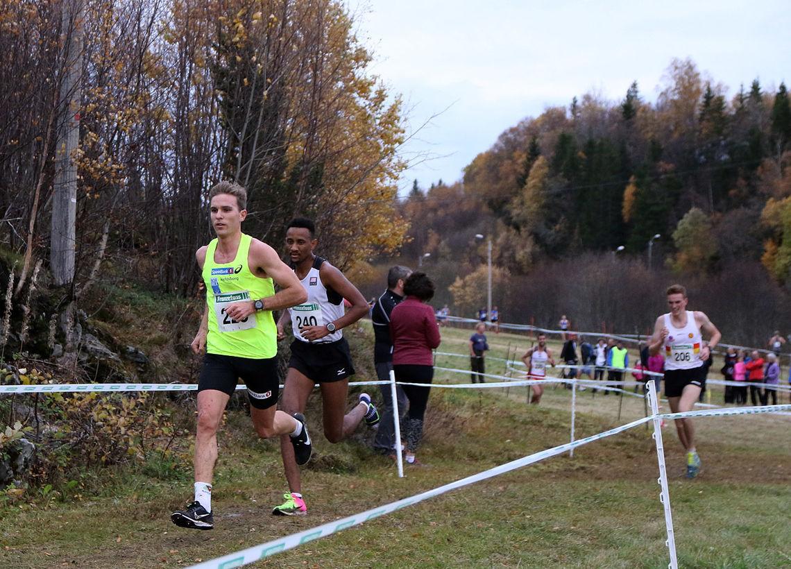 Didrik Tønseth har akkurat økt farten, og han fikk fort ei luke til sine hardeste konkurrenter, Senay Fissehatsion og Marius Vedvik. (Foto: Runar Gilberg)