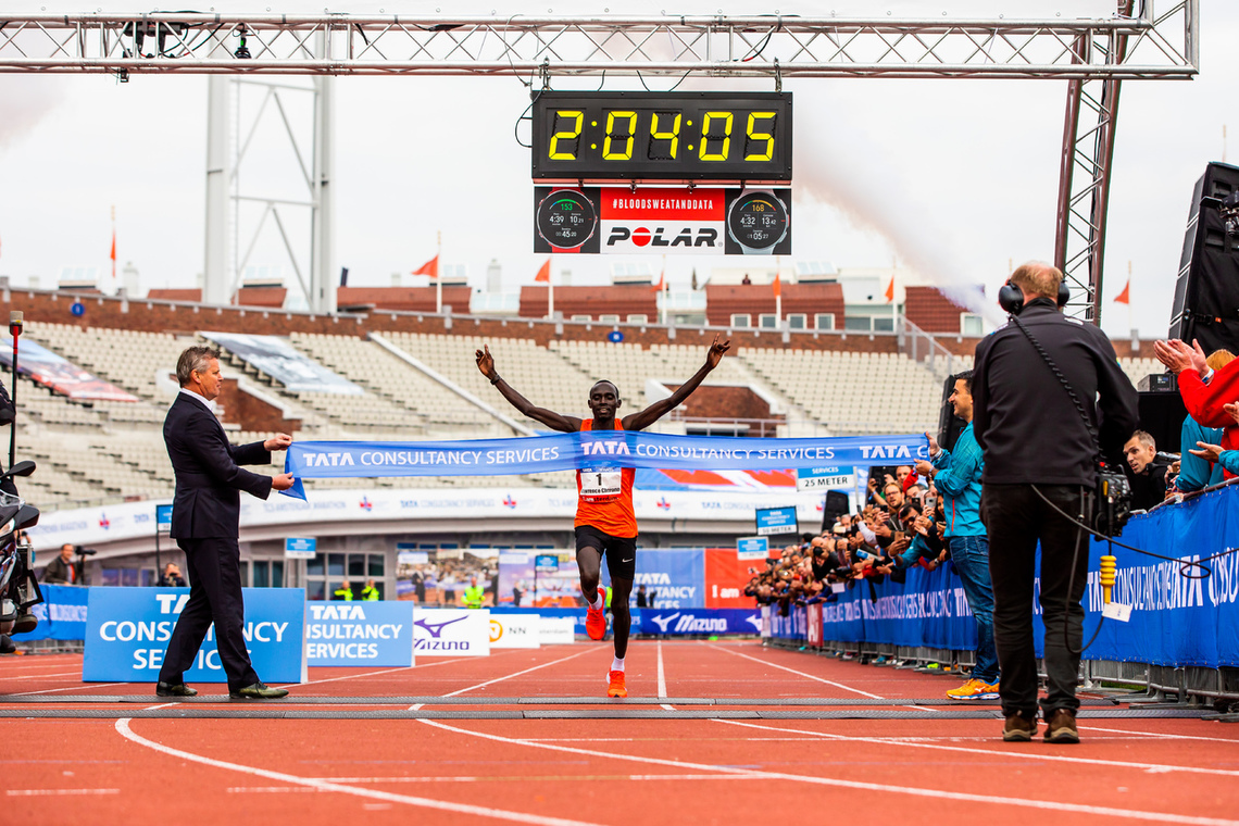 Lawrence Cherono løper tidenes raskeste maraton på nederlandsk jord. Foto: Arrangøren