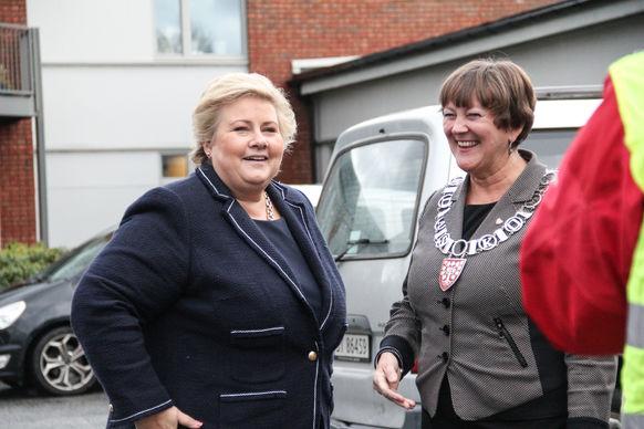 Ordførar Astrid Aarhus Byrknes tek imot statsminister Erna Solberg som skal eta middag saman med bebuarane på Knarvik Sjukeheim.
