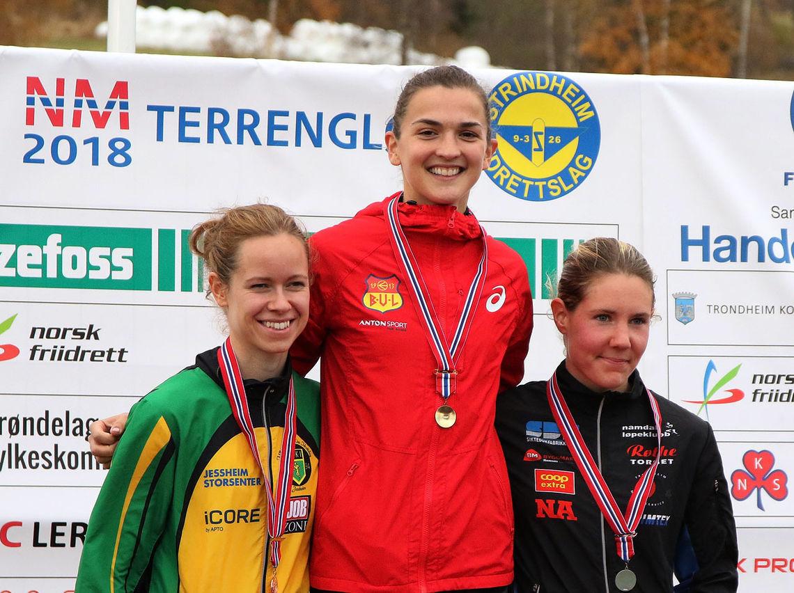 De tre beste fra NM terrengløp - Sigrid Jervell Våg (midten), Maria Sagnes Wågan (til høyre) og Silje Fjørtoft - er tatt ut på det norske laget til nordisk. (Foto: Runar Gilberg)