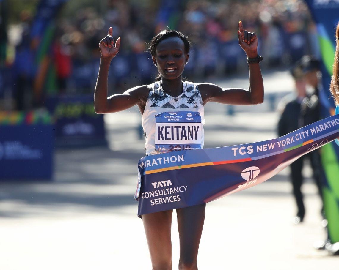 Mary Keitany bryter målsnøret som suveren vinner, og det var hennes fjerde seier på fem år. (Foto: NYCM)