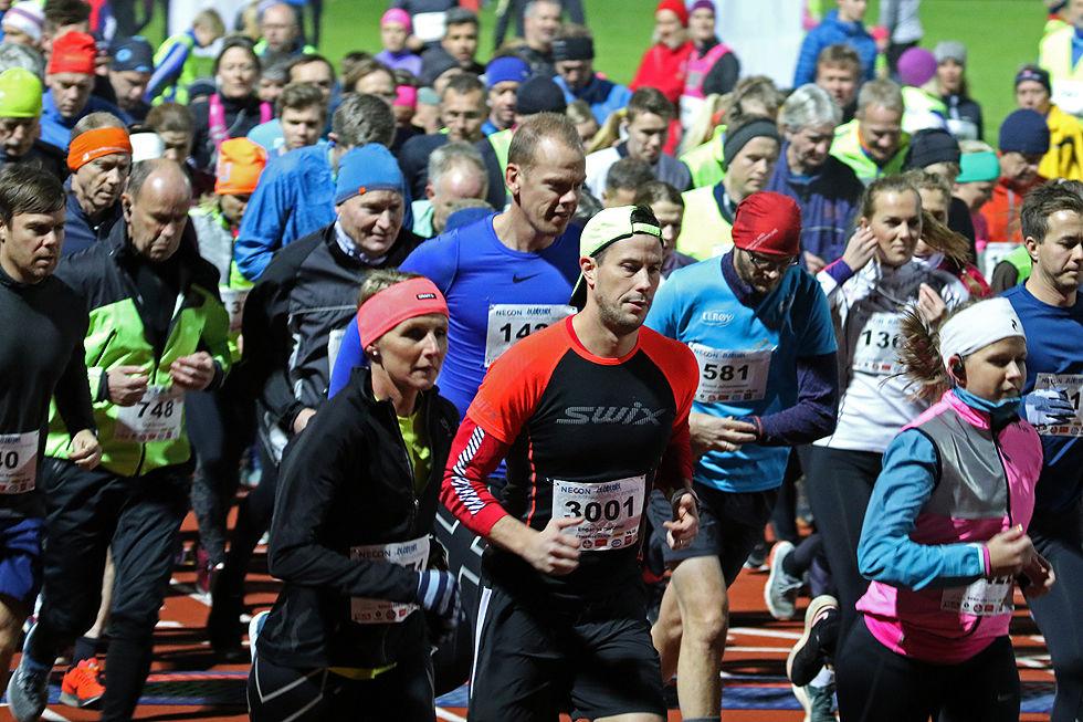 Mark Macdonald fra Canada (3001) er en av over 1100 løpere som legger i vei ut fra Fana Stadion i sesongens første Vinterkarusell.