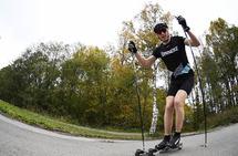 Så lenge ikke veiene er glatte, er det bare å bruke rulleskiene, mener Anders Mølmen Høst. (Foto: Bjørn Johannessen)
