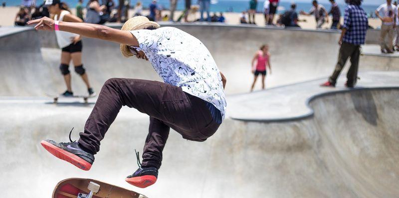 Bilde av en ungdom som skater