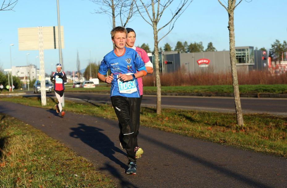 Vintermaraton2018 - Kristine Tørre Asprutsen nummer to på 10km - Foran Rolf Andreas Berg (1280x838)