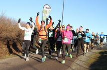 Svein-Erik Bakke med 1:45-pulja like etter start på halvmaraton. (Foto: Olav Engen)