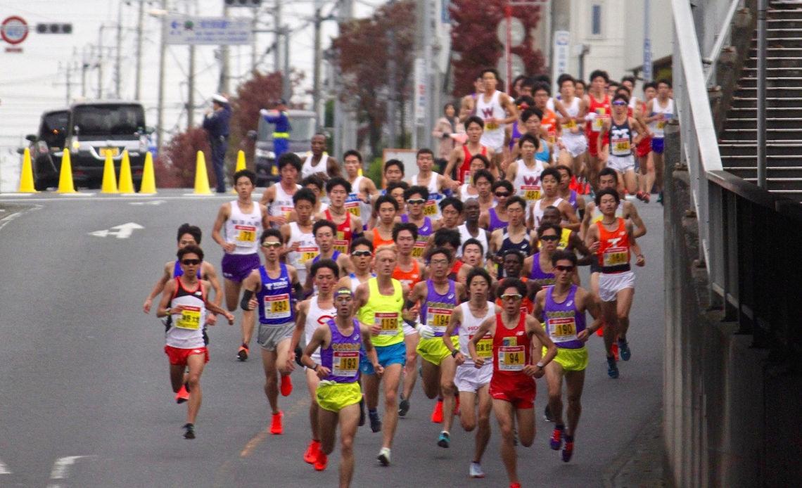 David Nilsson (i gul singlet) var omgitt av sterke japanske løpere under rekordløpet. (Foto: Brett Larner / Japan Running News)