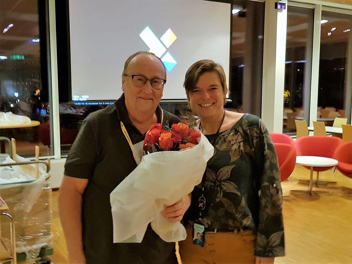 Ragnar Høsøien får blomster av Bodil Wiik for 31 år som rankingfører. (Foto: Stein Arne Negård)