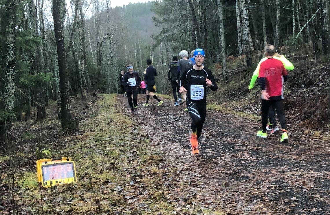 Det blir foreløpig ingen målgang ved vanntårnet på Rælingsåsen. Her ser vi Glenn Røisgaard som vant løpet i 2018. (Foto: Christian Prestegård)