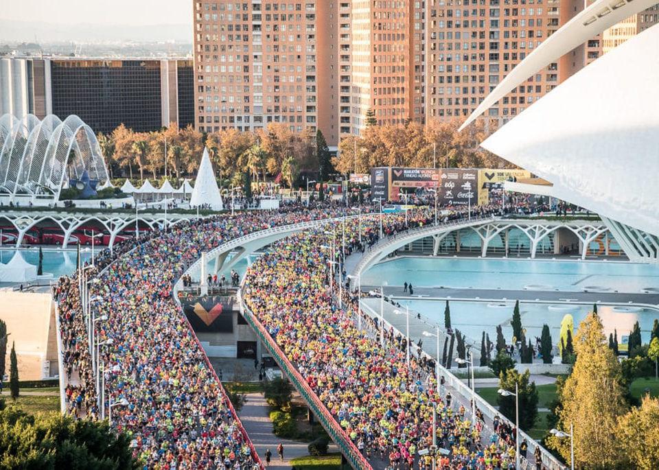 Kl. 08.30: Drøye 27500 løpere starter samtidig med 19500 maratonløpere på venstre broløp og drøye 8000 10 km-løpere på det høyre. Begge løpene var fulltegnet. (Foto: arrangøren)