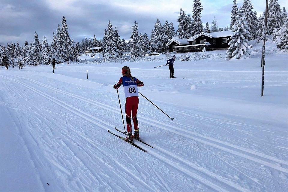Det var en flott vinterdag på Sjusjøen Langrennsarena søndag. Her er det Hedda Faraasen Alme fra Strandbygda IL som staker mot mål i winter-wonderland. (Foto: Lene Faraasen)