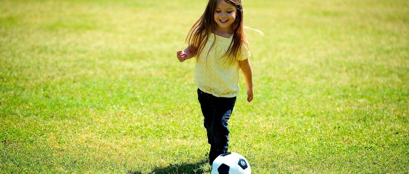 Bilde av jente som spiller fotball