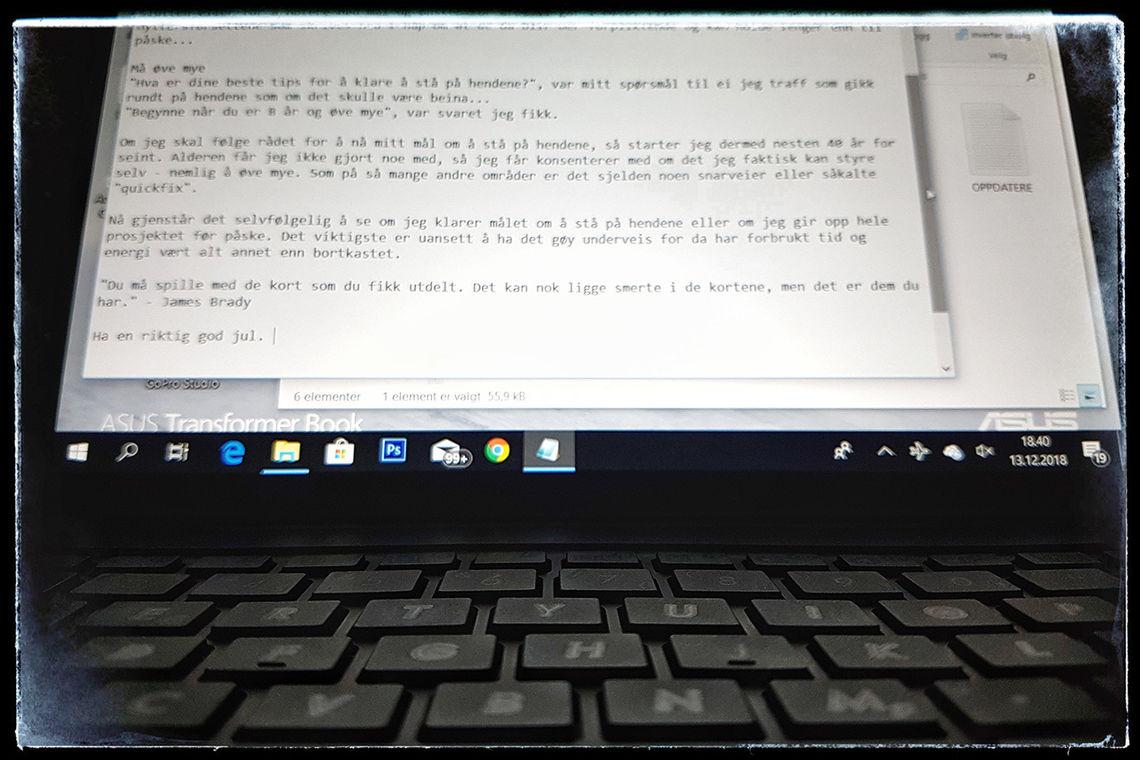 Kveldsskriving på flytur: Skriver for skrivingens skyld. (Foto: Bjørn Johannessen)