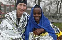 Tessa Frenay med den kenyanske vinneren Tabitha Gichia. (Foto: Ton Frenay)